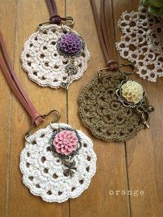 New crochet headband tutorial buttons Ideas Crochet Rings, Crochet Brooch, Crochet Buttons, Cute Crochet, Crochet Necklace, Crochet Jewelry Patterns, Crochet Accessories, Textile Jewelry, Fabric Jewelry