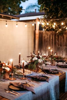 This Moody Fall Dinner Party Is a Total Vibe - - This Moody Fall Dinner Party Is a Total Vibe WINTER entertaining Diese Moody Fall Dinner Party ist eine totale Stimmung Dinner Party Decorations, Dinner Party Table, Party Themes, Party Ideas, Fall Dinner, Holiday Dinner, Dinner Outfits, Outdoor Dinner Parties, Birthday Dinners