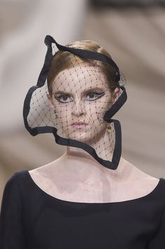 Christian Dior Spring 2018 Couture Fashion Show Details - The Impression High Fashion Makeup, Dior Fashion, Fashion Mask, Fashion Show, Christian Dior Couture, Christian Siriano, Sculptural Fashion, Haute Couture Fashion, Glamour