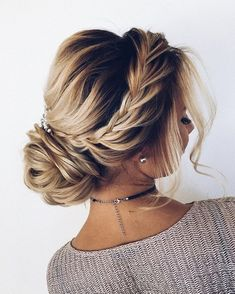 Finding just the right wedding hair for your wedding day is no small task but we're about to make things a little bit easier.From soft and romantic, to classic with modern twist these romantic wedding hairstyles with gorgeous details will inspire you,messy updo wedding hairstyle.