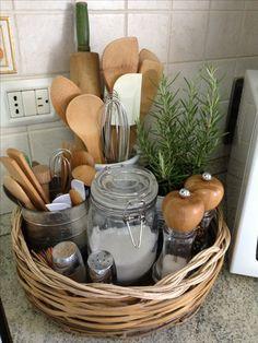 Uma cesta e alguns potes: tudo organizado e bonito sobre a pia