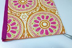 Junte lados e marque meio Pouch, Wallet, Sewing, How To Make, Bandanas, Ideas Para, Baby Cards, Fabric Strip Banner, Purses