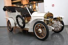 Laurin & Klement was a bicycle, motorcycle and automobile manufacturer in Mladá Boleslav, Bohemia, then Austria-Hungary. Vintage Cars, Antique Cars, Counting Cars, Front Grill, Flying Car, All Cars, Future Car, Concept Cars, Motor Car