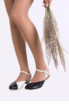 lookbook verano 2016 - RAY MUSGO Zapatos ecologicos de mujer #sandalias #sandals #zapatos #shoes #woman #mujer #piernas #legs #natural #eco #sostenible #moda #fashion #slow Legs, Woman, Natural, Shoes, Fashion, Shoe Collection, Shoes Sandals, Sustainable Fashion, Clogs