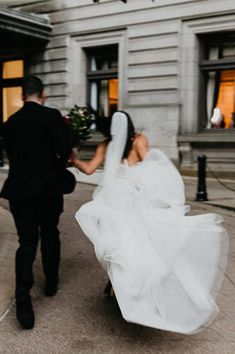 Maria and Logan's Carnegie Museum of Art wedding was the perfect combination of modern and whimsical. Photo: @rachelrowlandphotography