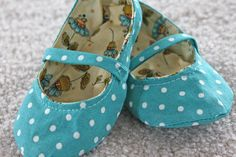 Handmade Fabric Baby Shoes FREE Tutorial - https://sewing4free.com/handmade-fabric-baby-shoes/