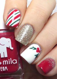 This manicure is perhaps the best representative of the New Year's Eve manicure. Red and white colors combined with the green color that represents color of the Christmas tree.