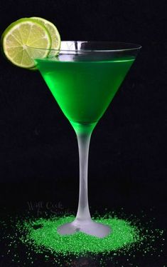 Delicious sweet and sour vodka martini. Lime Martini made with vanilla vodka, citrus vodka and lime syrup. Cocktails, Party Drinks, Cocktail Recipes, Alcoholic Drinks, Drink Recipes, Beverages, Citrus Vodka, Vanilla Vodka, Vodka Martini