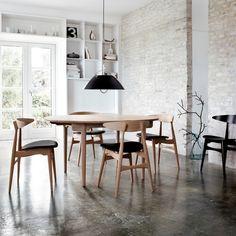 salle à manger de style scandinave, ambiance loft, meubles en bois et sol en béton ciré