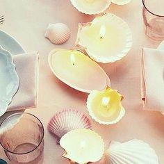 E hoje mais uma inspiração para casamento na praia,  dessa vez do ig @projetonoivaemadrinha! Lindas velinhas dentro de conchas para a sua decoração. Tem coisa mais charmosa e econômica?! Se joga no craft!