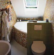 Łazienka ma szerokość wanny – 1,40 m. Wanna umieszczona jest pod skosem. Chociaż miejsca jest mało, korzysta się z niej wygodnie. Ścianka oddzielająca WC może stanowić dodatkową podporę przy wychodzeniu.