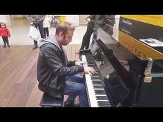 AMAZING PIANO PLAYER IN PARIS