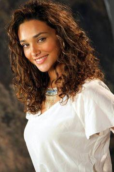Bronzeada, Débora Nascimento revela dicas de beleza de corpo e cabelo