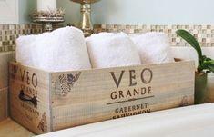 Reciclando cajas de vino en el baño.