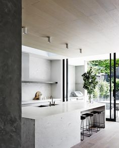 Minimalist kitchen by Mim Design Studio with an indoor/outdoor divide Mim Design, Design Studio, Detail Architecture, White Marble Kitchen, Timeless Kitchen, Cocinas Kitchen, Kitchen Benches, Sweet Home, Interior Design Kitchen