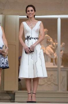 Bon point avec cette robe subtilement décolletée