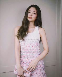 look how elegant jennie look in a chanel garment Blackpink Jennie, Jenny Kim, Blackpink Members, Blackpink Fashion, Chanel Fashion, Blackpink Jisoo, Korean Girl Groups, Kpop Girls, Girls 4