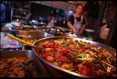 Street food vendor, Bangkok, Thailand. Photo by Alex Wright - alexwright.net Korea Street Food, Thai Street Food, Indian Street Food, Filipino Recipes, Filipino Food, Wat Pho, Japanese Street Food, Vietnamese Dessert, Philippines Food