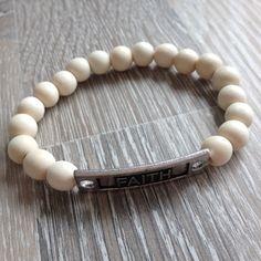 """Armband van 9mm wit vintage hout met metalen """"Faith"""". Van JuudsBoetiek, te bestellen op www.juudsboetiek.nl."""
