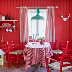 no Årets Farge Rød, Colour og the year, Fargerike Aesthetic Wallpapers, Valance Curtains, Elegant, Inspiration, Beautiful, Color, Dining Rooms, Home Decor, Lily