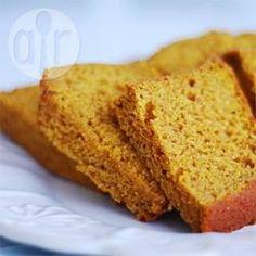 Deze pompoencake heeft wat weg van gemberkoek. Heerlijk mals, lekker gekruid, je kunt het niet bij 1 plakje laten!!