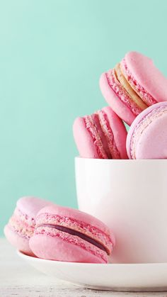 A few years ago, scientists told us that Oreos are more addictive than cocaine and heroin. Ever since then, we've had the sneaking suspicion we should be r Macaron Wallpaper, Food Wallpaper, Milk Shakes, Macarons, Macaron Cookies, Wallpaper Huawei, Cute Food, Yummy Food, Honey Health Benefits