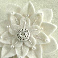 Broche de flor de fieltro blanco con abalorios y botón