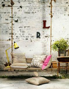 Voici dix idées de fauteuils suspendus, de l'osier au métal, en passant par le bois ou le verre, vous trouverez certainement v...