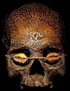 A richly carved and ornamented skull from the Sea Dayak people of Borneo. The Dayak were headhunters in the literal sense, and turned the collected heads and skulls of vanquished enemies into ritual objects with a variety of uses. Skull Head, Skull Art, Traditional Witchcraft, Art Premier, Human Skull, Vanitas, Skull And Bones, Memento Mori, Borneo