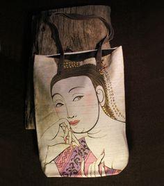 Bolso de tela arpillera pintada con motivos orientales.