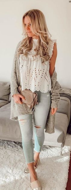 #spring #outfits woman wearing white lace cap-sleeved shirt and distressed blue fitted jeans. Pic by @trendily.de