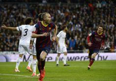 Iniesta celeb ra el 0-1. | FOTOGALERÍA: Un clásico por todo lo alto | Fotogalería | Deportes | EL PAÍS