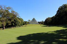 le Royal Botanic Gardens entre Opéra de Sydney et espace vert public de domaine. Surplombant le port, plus de 7500 espèces de plantes dont beaucoup originaires d'Australie. Collections hors concours. Centre Tropical dans des serres en forme de pyramide, et des espèces rares et menacéess. pas de frais d'entrée au parc, et visites guidées gratuites disponibles