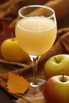 Russian Apple Kvas Recipе – Квас - I will make and can be served as a non-alcoholic drink in addition to white wine. Probiotic Drinks, Alcoholic Drinks, Pickle Vodka, Russian Recipes, Russian Foods, Ukrainian Recipes, Fermented Foods, Apple Recipes, Donut Recipes