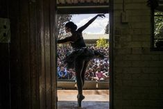 Las 45 fotos más impactantes del 2014. La bailarina Kitty Phetla da una presentación en la escuela primaria Nka-Thuto en Soweto, Africa del Sur.