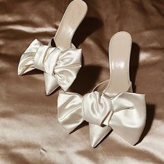 Lets be honestly ivory bridal shoes are often meh. But these Magda Butrym ivory . Cute Shoes, Me Too Shoes, Look Fashion, Fashion Shoes, Shoe Boots, Shoes Heels, Bow Heels, Carrie Bradshaw, Looks Style