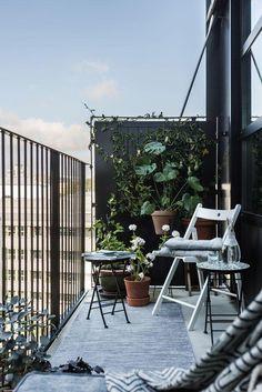 Looking for inspiration for designing a small balcony? Read here how j … – Balkon und Garten – Balcony Narrow Balcony, Small Balcony Design, Small Balcony Garden, Small Balcony Decor, Small Patio, Balcony Ideas, Balcony Gardening, Corner Garden, Large Backyard