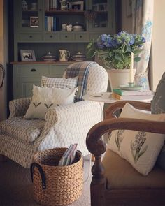 New living room cozy cottage shabby chic ideas Cottage Living Rooms, Cottage Interiors, Cottage Homes, Romantic Cottage, Cozy Cottage, Cozy House, Romantic Beach, Romantic Homes, Cottage Ideas