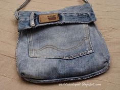 Jeans to Bag tutorial Diy Jeans, Love Jeans, Denim Tote Bags, Denim Purse, Jean Diy, Blue Jean Purses, Denim Ideas, Denim Crafts, Recycled Denim