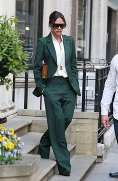 Victoria Beckham en costume vert sapin veste-pantalon oversize