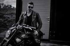 #gutenmorgen !  Bild ist noch vom letzten #Sommer :) #photoshooting #photography #photooftheday #harleydavidson #cool #peoplephotography #blackandwhitephotography #outdoorshooting #bike #motocycle #motorrad #sunnyweather #bochum #westpark #leatherjacket #glasses #instagoods #instpic #instpicture #guys