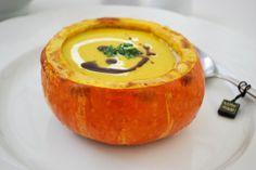 Eine cremige, feine Kürbissuppe wird in diesem Rezept mit Currypulver zu einem Herbstklassiker kombiniert.