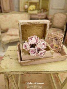 Bouquet de roses, Roses miniatures, Fleurs en papier, Maison de poupée, Échelle 1 12 by AtelierMiniature on Etsy
