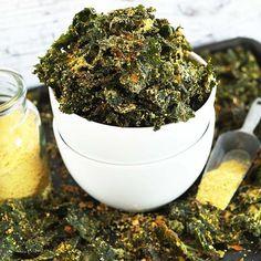 """Chips de couve 🍃 misturei em um bowl um pouco de azeite de oliva e temperos (sal, pimenta, páprica picante, alho em pó e levedura nutricional). A levedura pode ser substituída por levedo de cerveja. Eles dão o gostinho de queijo nas preparações. Depois é só misturar algumas folhas de couve grosseiramente picadas nesse """"molho"""" e assar por uns 10 min em fogo médio. Dica: cuidado com a quantidade de sal! Quando a couve assar, ela perderá água então o sal fica muito forte. . 📷 Foto…"""