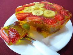 - 01 gelatina sabor abacaxi  - - 1/2 sachê de gelatina sem sabor  - - 01 xícara (chá) água fervente  - - 01 xícara (chá) água gelada  - - 05 morangos cortados ao meio  - - 01 banana nanica em rodelas  - - 10 uvas verdes e roxas sem sementes