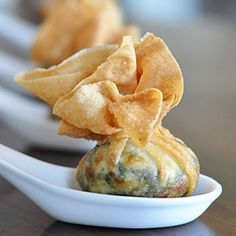 Delicious filling of ricotta, cream cheese, and spinach in a crispy wonton wrapper. I think I'd nix the cream cheese and add Nutella. Finger Food Appetizers, Yummy Appetizers, Appetizer Recipes, Wonton Recipes, Wonton Appetizers, I Love Food, Good Food, Yummy Food, Tasty