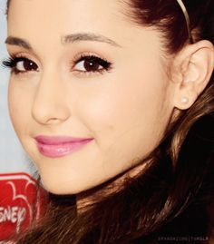 ariana grande absolutely a beautiful women :)