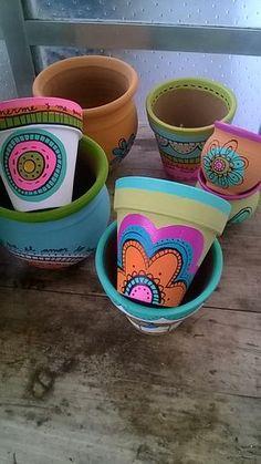 Macetas de barro pintadas a mano, diferentes medidas. Painted Clay Pots, Painted Flower Pots, Hand Painted, Pots D'argile, Flower Pot Design, Cactus Pot, Creative Box, Pallets Garden, Posca