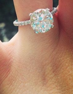 Jamie Lynn Spears Engagement Ring. Love it clasic and simple great size center .