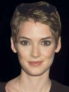 The Sweet Pixie - Winona Ryder, 1997 Pixie Hairstyles, Celebrity Hairstyles, Cool Hairstyles, Hairstyles With Bangs, Casual Hairstyles, Pixie Haircuts, Medium Hairstyles, Braided Hairstyles, Winona Ryder Hair